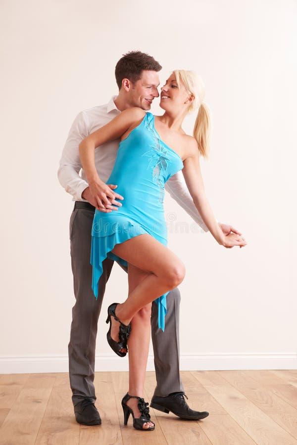 Jong Paar die samen dansen stock afbeelding