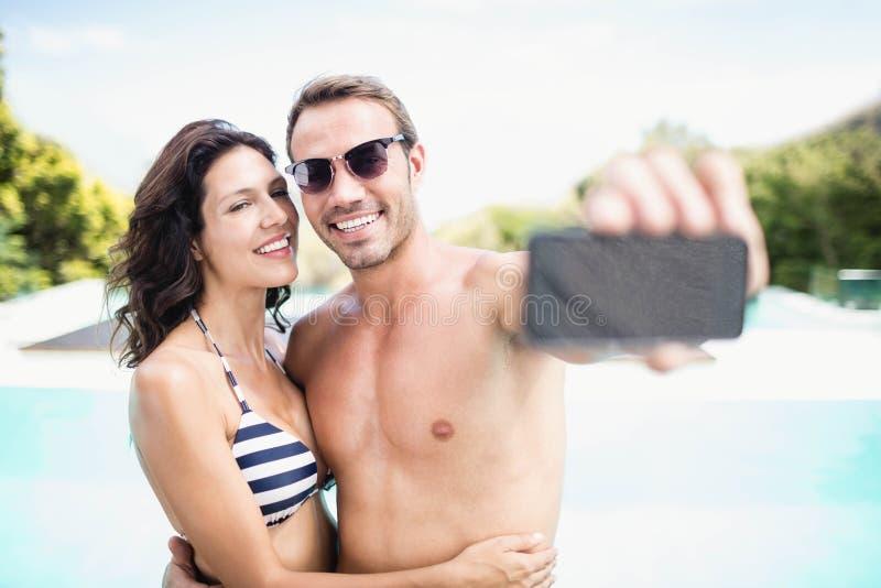 Jong paar die selfie met mobiele telefoon nemen stock foto's