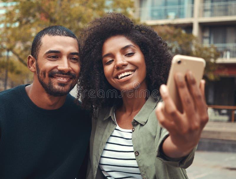 Jong paar die selfie op mobiele telefoon nemen royalty-vrije stock fotografie
