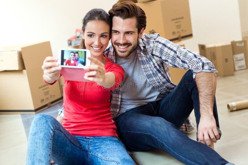 Jong paar die selfies in hun nieuw huis nemen