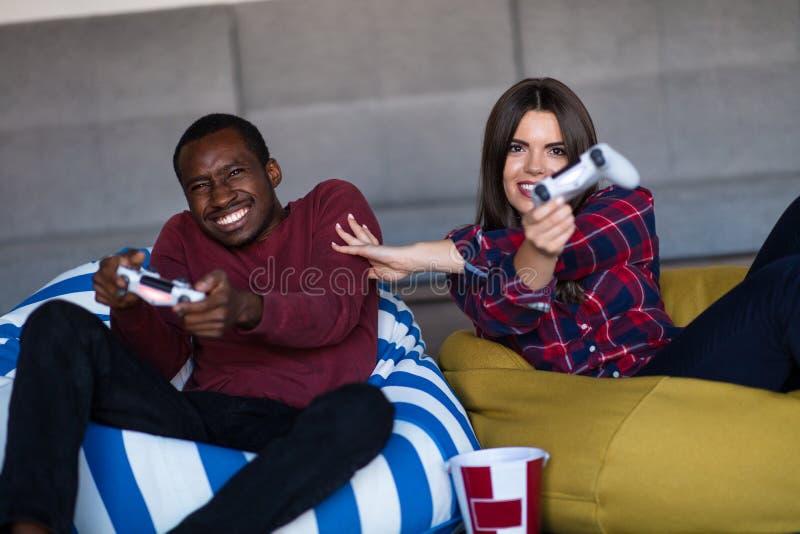 Jong Paar die thuis Videospelletje samen spelen stock foto's