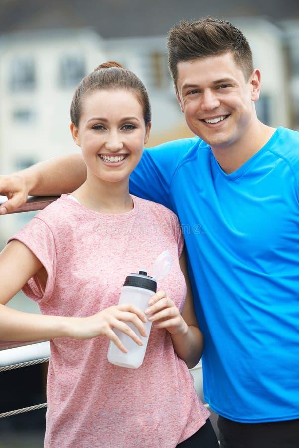 Jong Paar die tijdens Looppas in Stad rusten royalty-vrije stock afbeeldingen