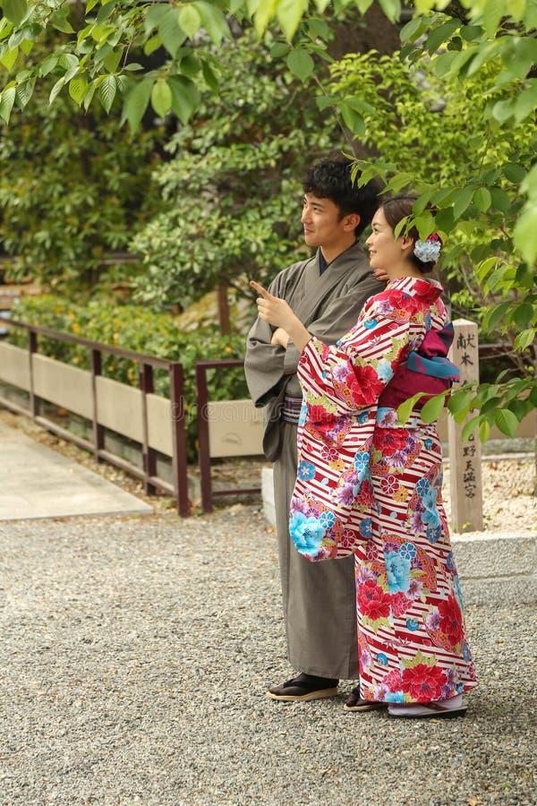 Jong Paar die traditionele kleurrijke Japanse kimono dragen royalty-vrije stock fotografie
