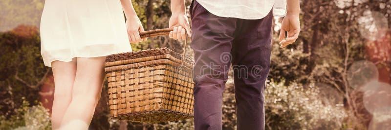 Jong paar die in tuin lopen royalty-vrije stock fotografie