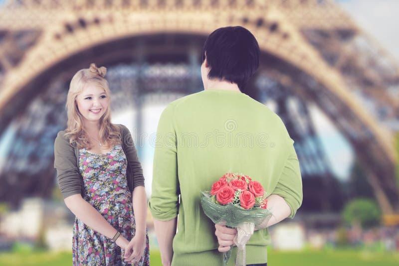 Jong paar die Valentine-dag vieren in Parijs stock fotografie