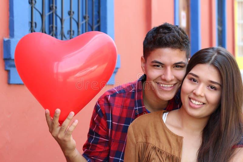 Jong paar die van de eerste liefde genieten royalty-vrije stock afbeelding
