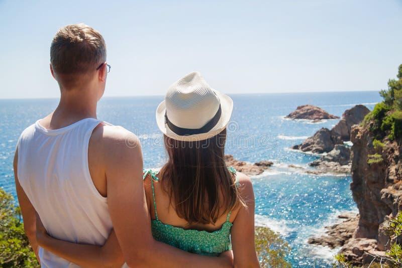 Jong paar die van de mening van de Costa Brava-kust genieten royalty-vrije stock afbeeldingen