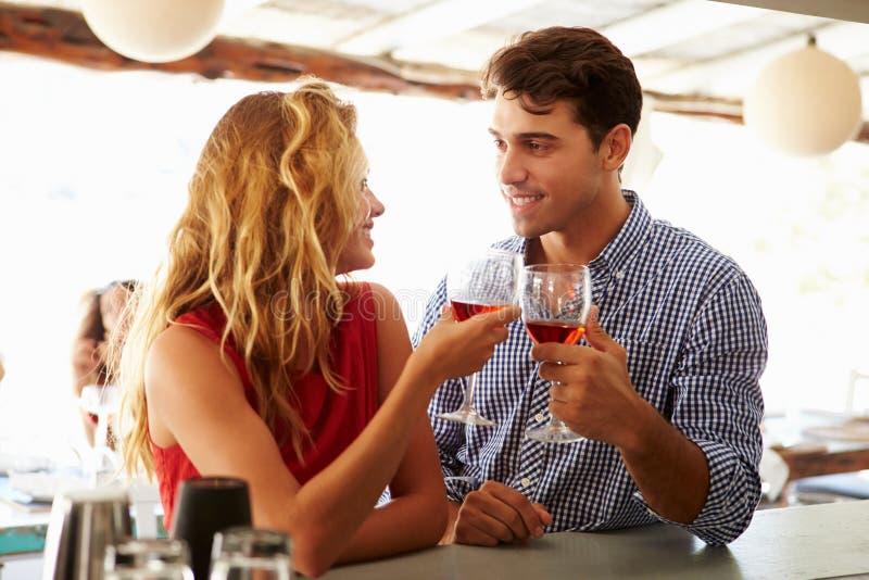 Jong Paar die van Drank genieten bij Openluchtbar royalty-vrije stock fotografie