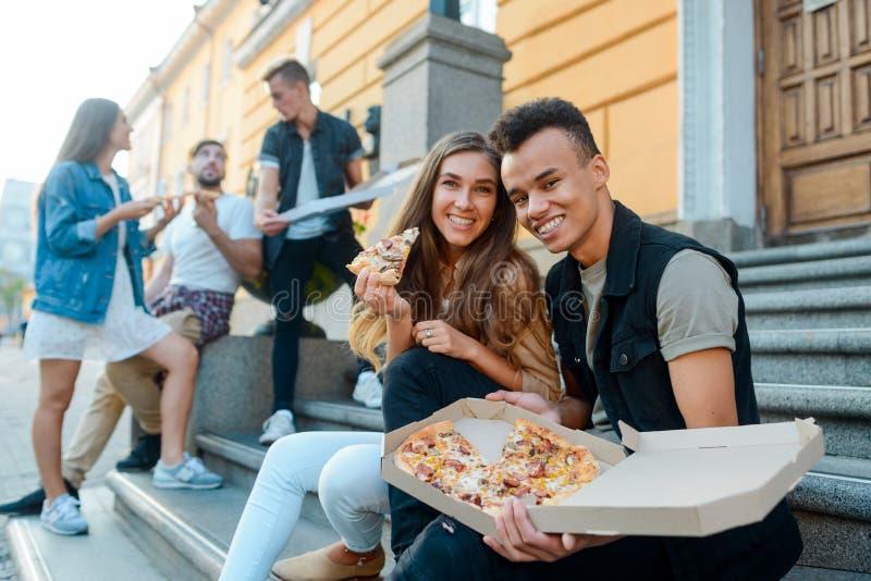 Jong paar die van een pizza genieten royalty-vrije stock fotografie