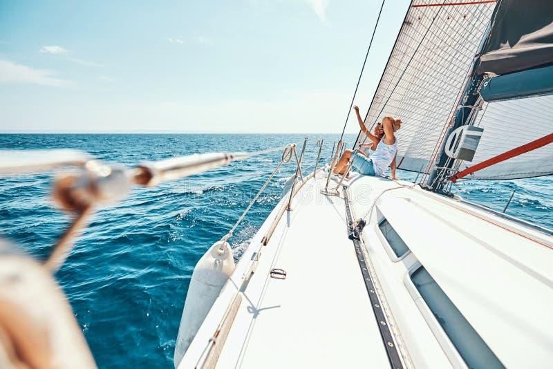 Jong paar die van mening over het dek van het cruiseschip genieten royalty-vrije stock afbeelding