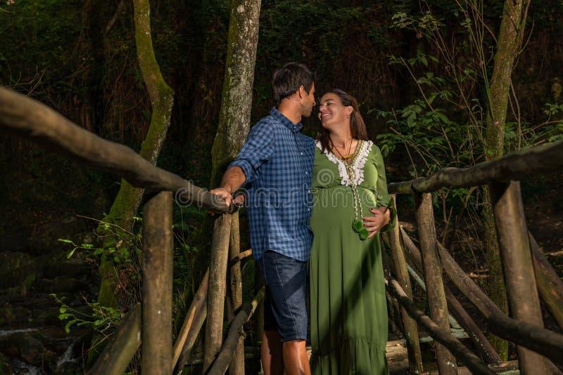 Jong paar die van zwangerschap genieten royalty-vrije stock afbeelding