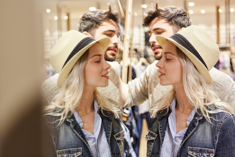 Jong paar die voor de spiegel winkelen royalty-vrije stock foto's