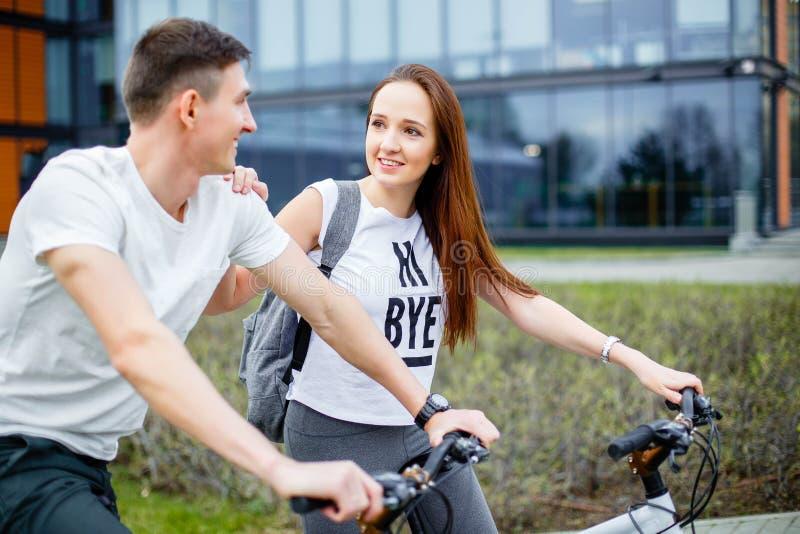 Jong paar die voor een fietsrit gaan op een zonnige dag in de stad royalty-vrije stock afbeeldingen