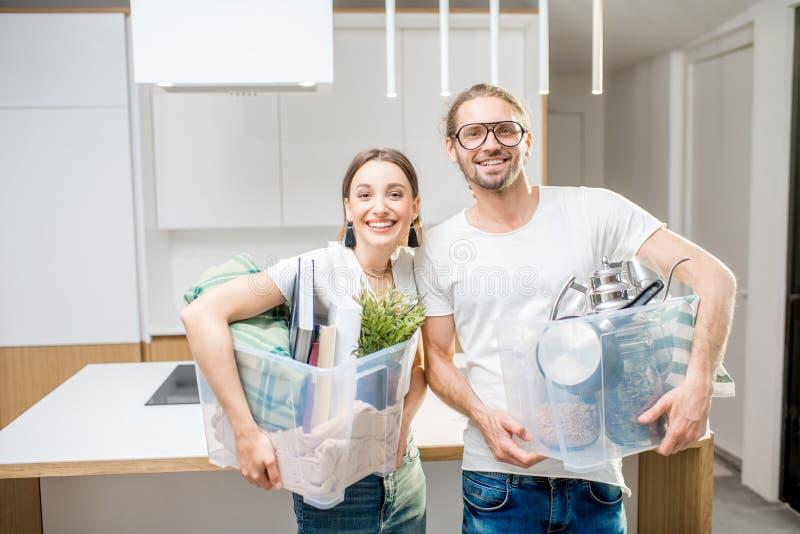 Jong paar die zich aan een nieuw modern huis bewegen royalty-vrije stock foto's