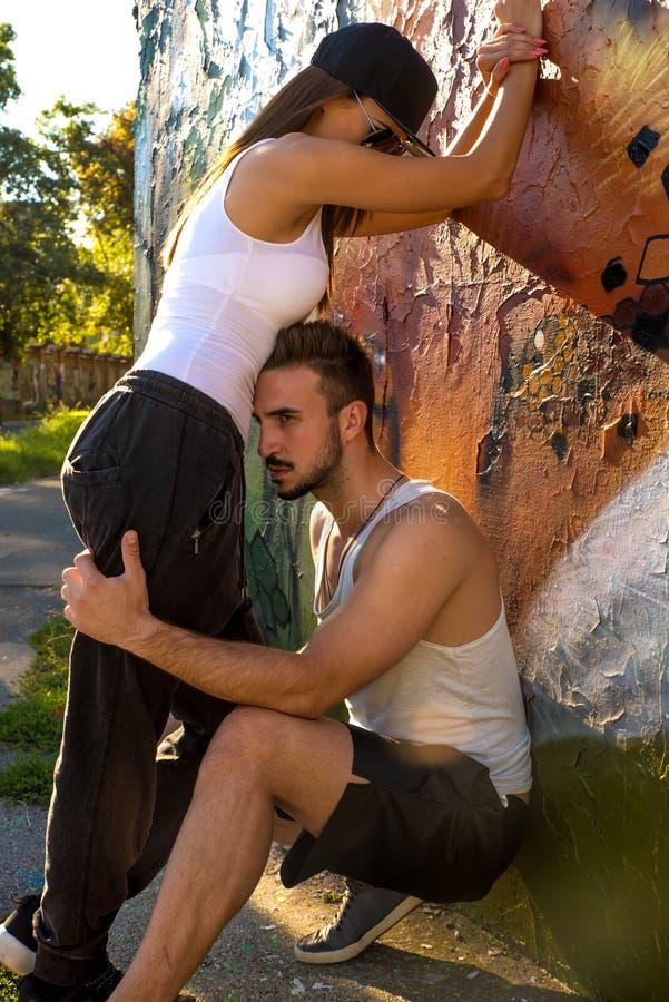 Jong Paar die zich bij een muur in een stedelijk milieu bevinden royalty-vrije stock foto's