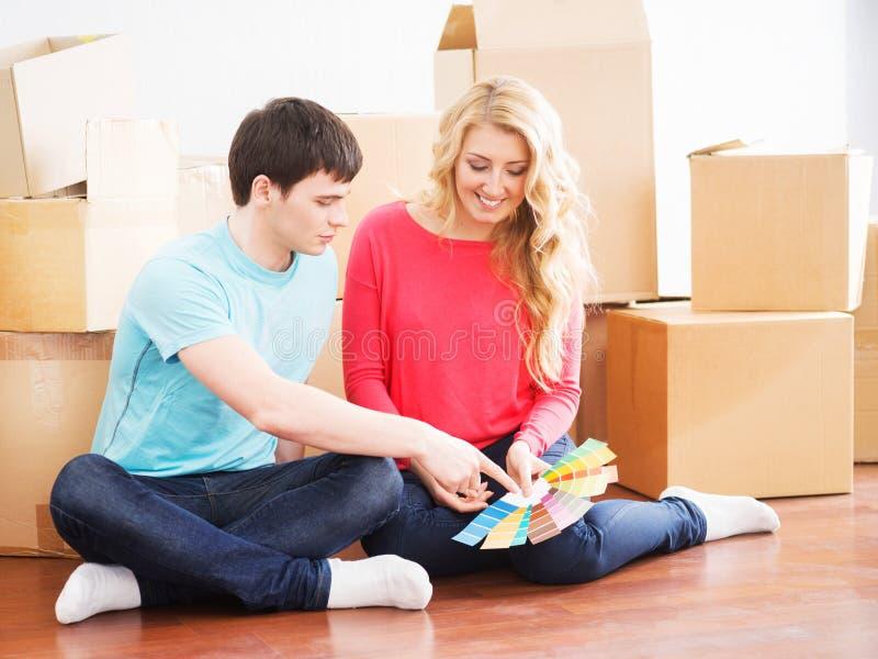 Jong paar die zich in een nieuw huis bewegen royalty-vrije stock foto