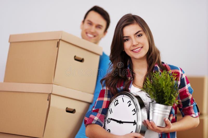 Gelukkig paar in nieuw huis royalty-vrije stock afbeelding