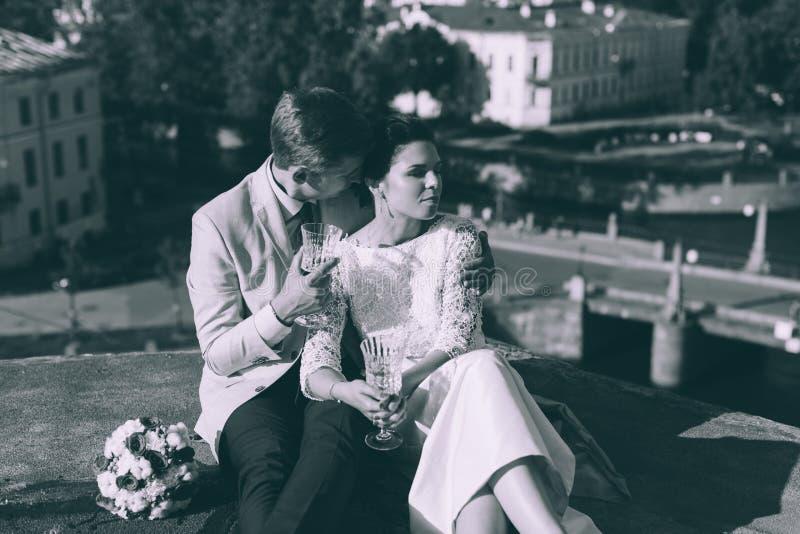 Jong paar die zich op het dak van het onlangs-gehuwde paar bevinden royalty-vrije stock foto