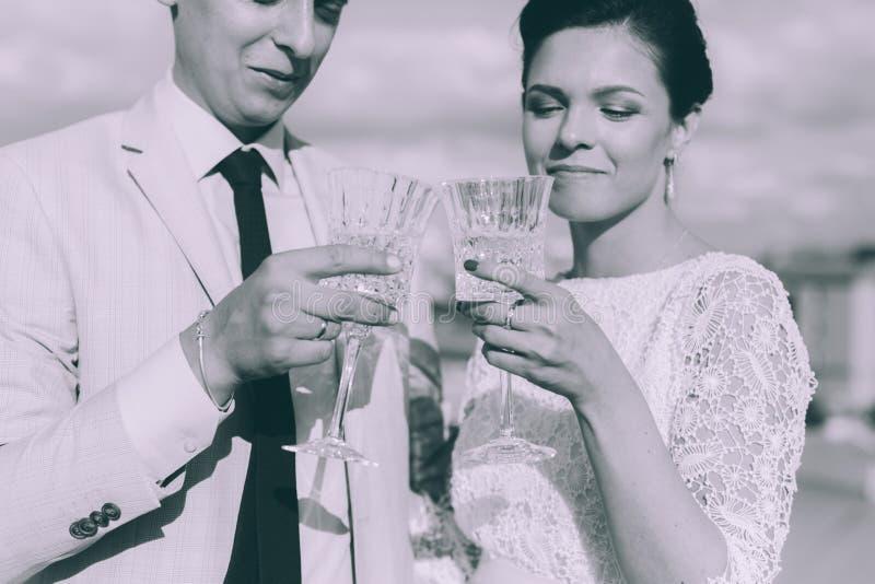 Jong paar die zich op het dak van het onlangs-gehuwde paar bevinden royalty-vrije stock afbeeldingen