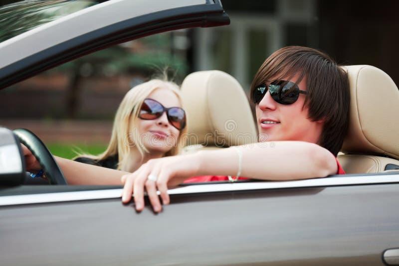 Jong paar in een auto. royalty-vrije stock afbeeldingen