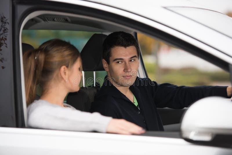 Jong paar in een auto stock foto