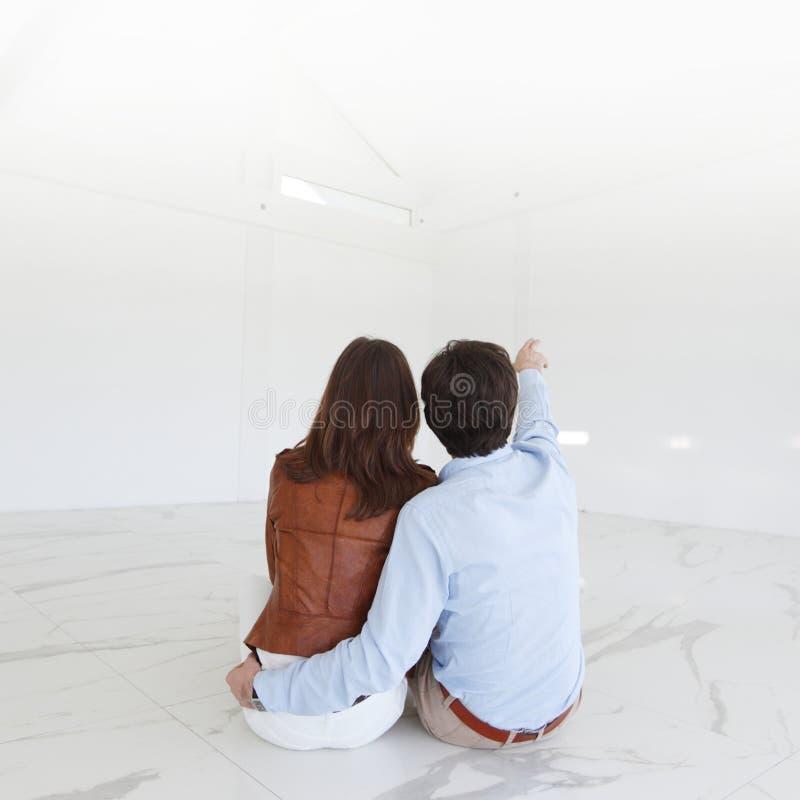 Jong paar in een nieuw huis royalty-vrije stock foto
