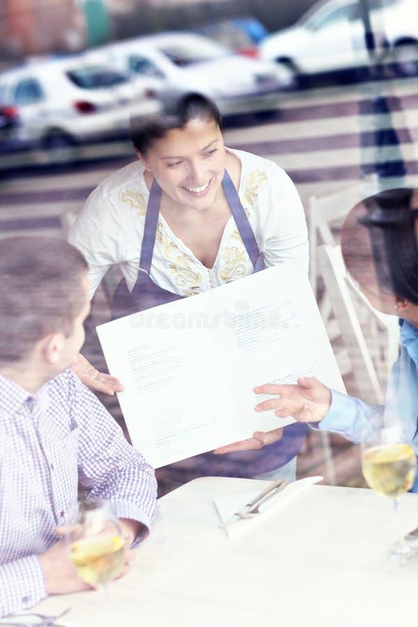 Jong paar in een restaurant royalty-vrije stock afbeeldingen