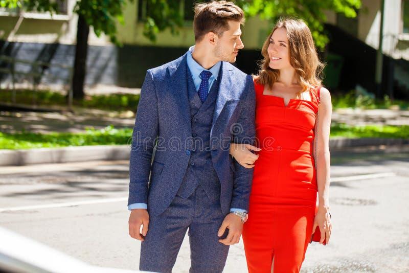 Jong paar of Europese vrouw en man die op stadsstraat lopen stock fotografie