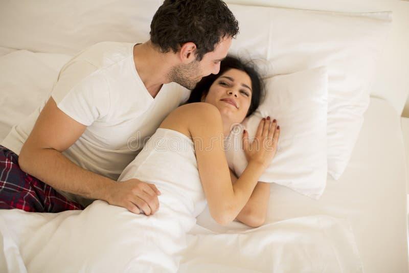 Jong paar in het bed royalty-vrije stock afbeeldingen