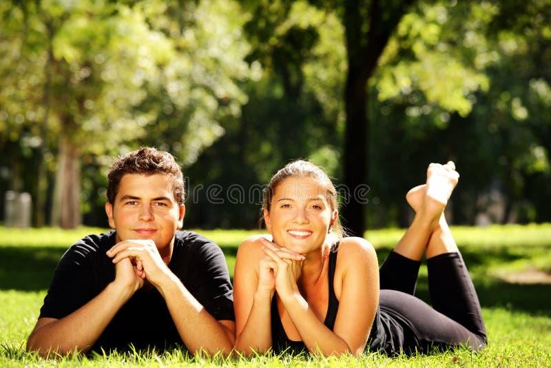 Jong paar in het park royalty-vrije stock afbeeldingen