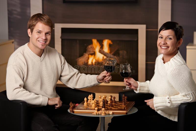 Jong paar het spelen schaak royalty-vrije stock foto