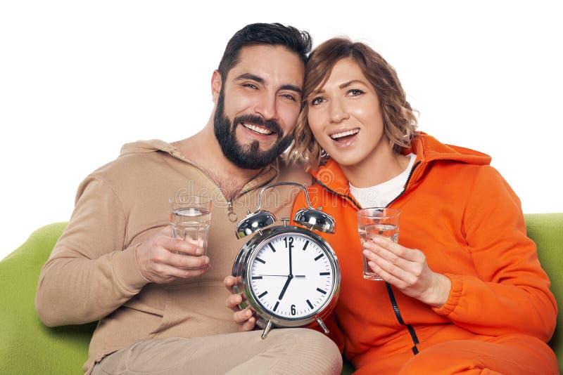 Jong paar in huiskleren met glas water royalty-vrije stock foto's