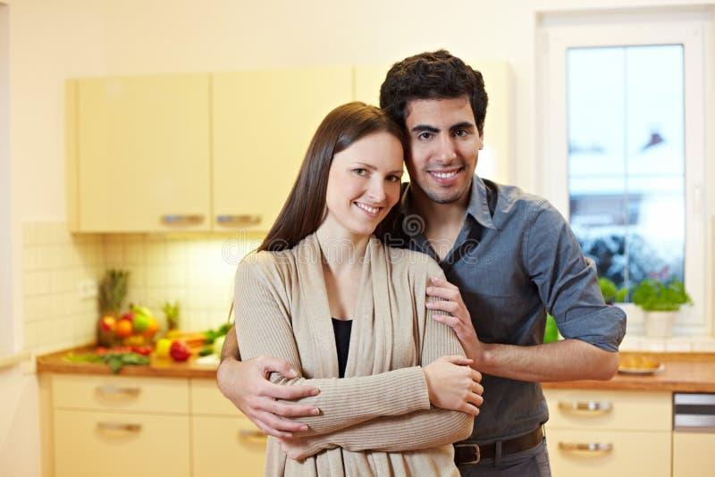 Jong paar in keuken stock afbeeldingen