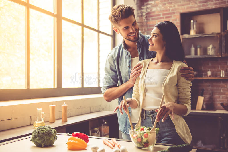 Jong paar in keuken royalty-vrije stock afbeelding