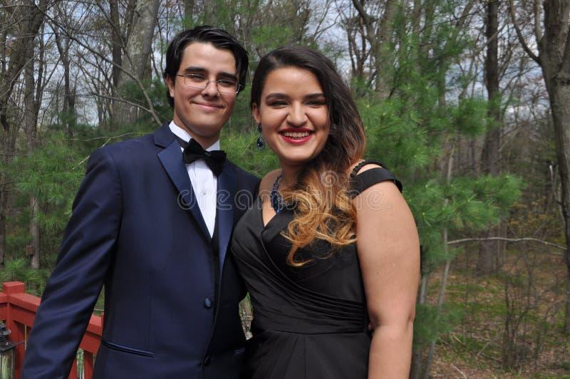 Jong Paar Klaar voor Hun Prom royalty-vrije stock afbeelding