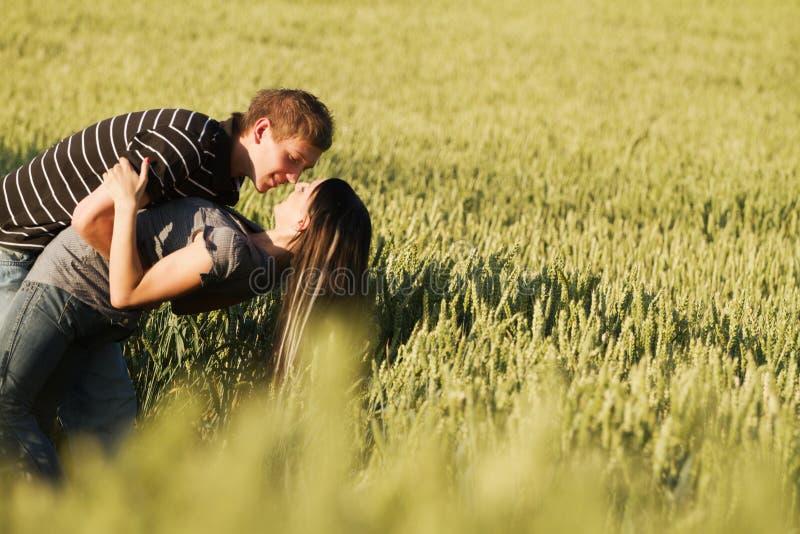 Jong paar in liefde royalty-vrije stock fotografie