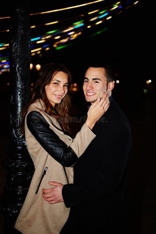 Jong paar in liefde op de Dag van Valentine royalty-vrije stock afbeelding