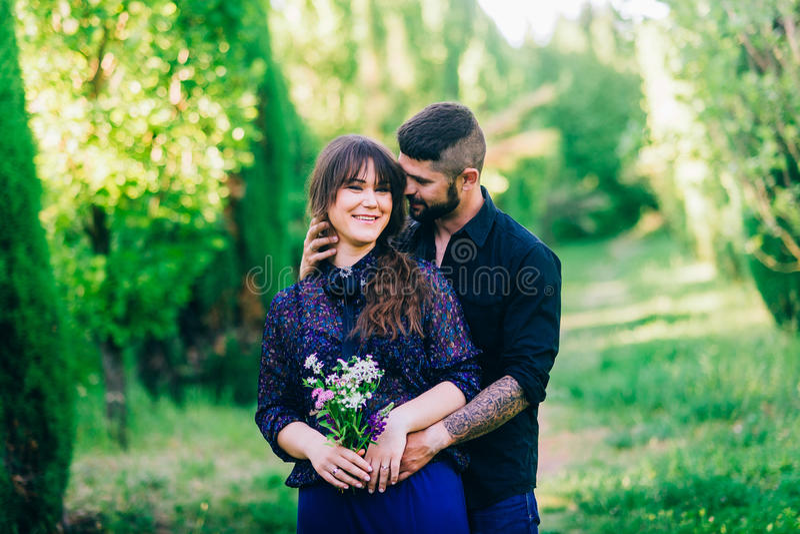Jong paar in liefde openlucht royalty-vrije stock afbeelding