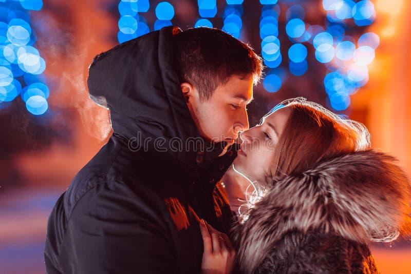 Jong paar in liefde openlucht gefiltreerde foto met flitsgloed royalty-vrije stock fotografie