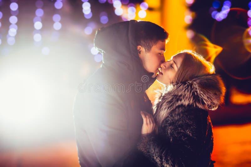 Jong paar in liefde openlucht gefiltreerde foto met flitsgloed royalty-vrije stock foto