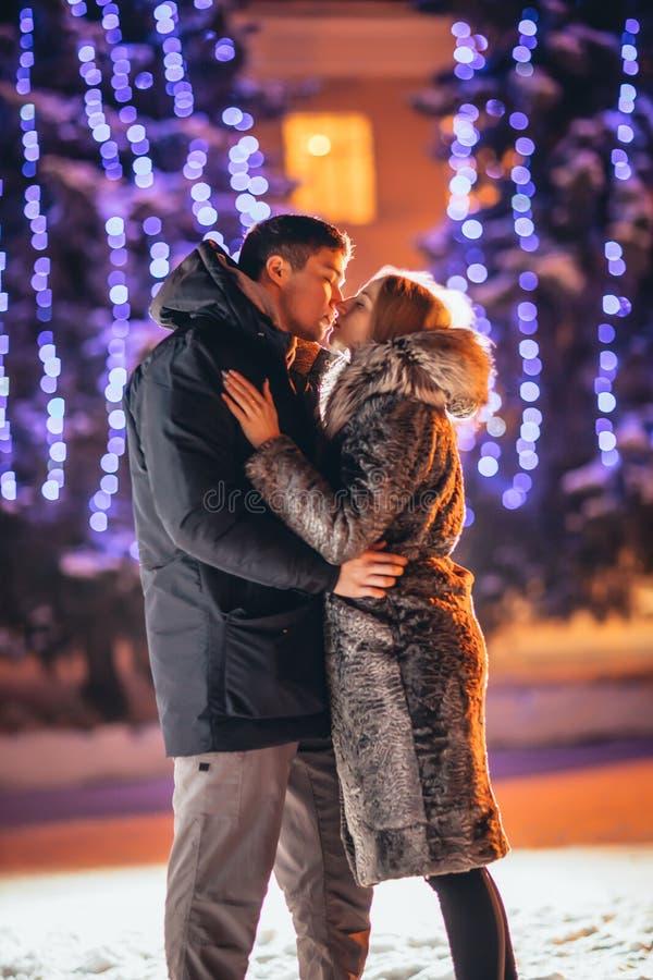 Jong paar in liefde openlucht gefiltreerde foto met flitsgloed stock fotografie