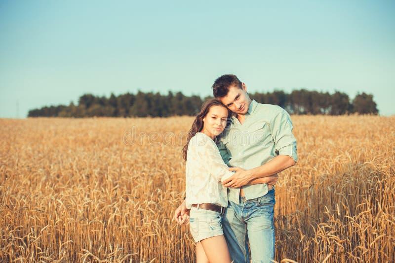 Jong paar in liefde openlucht Overweldigend sensueel openluchtportret royalty-vrije stock afbeelding
