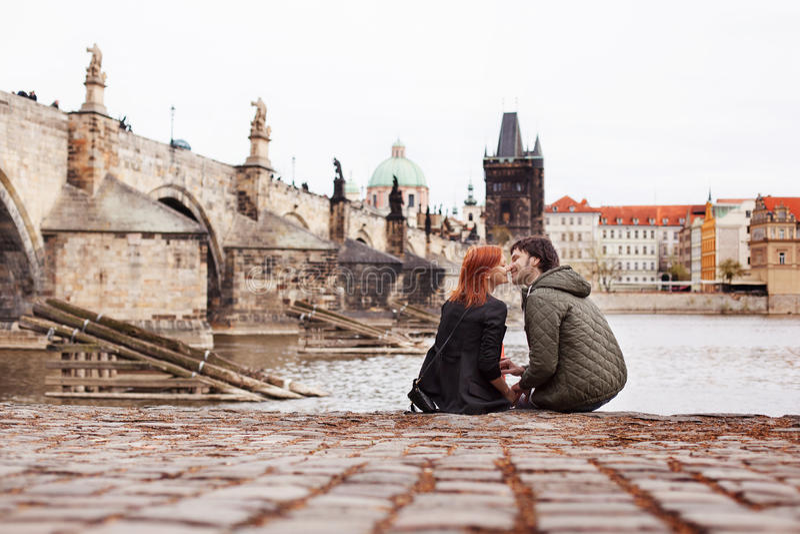 Jong paar in liefde Praag, Tsjechische Republiek stock foto's