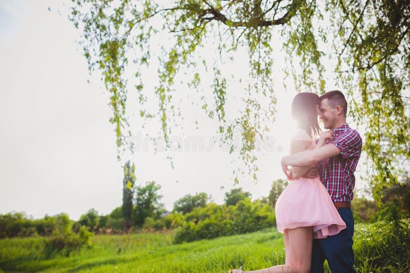 jong paar in liefde samen op aard royalty-vrije stock fotografie
