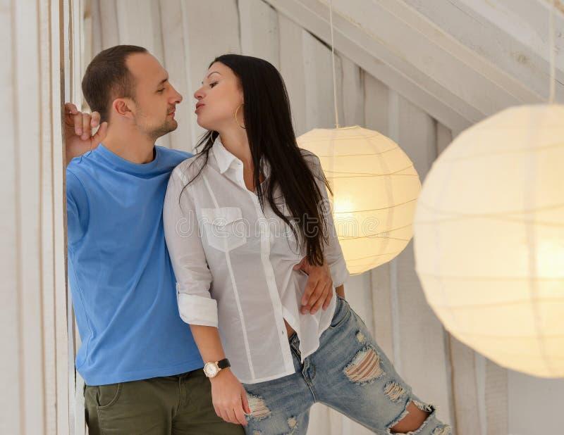 Download Jong Paar In Liefde Thuis, Status Stock Afbeelding - Afbeelding bestaande uit status, ontspanning: 54075011