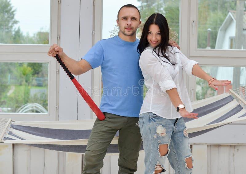 Download Jong Paar In Liefde Thuis, Status Stock Afbeelding - Afbeelding bestaande uit vrolijk, knuppel: 54075033
