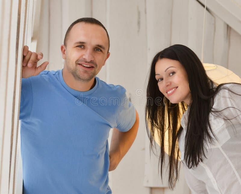 Download Jong Paar In Liefde Thuis, Status Stock Afbeelding - Afbeelding bestaande uit mensen, ontspanning: 54075049