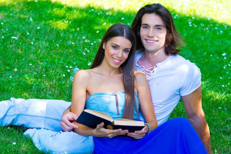 Jong paar met boek stock foto's