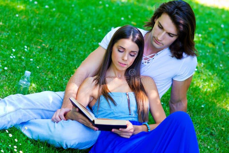 Jong paar met boek stock afbeeldingen