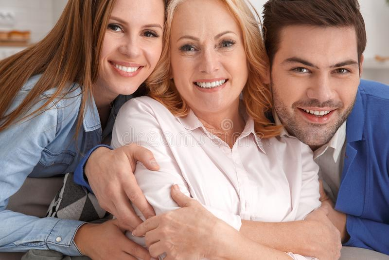 Jong paar met de familieportret van het schoonmoeder thuis weekend stock afbeeldingen